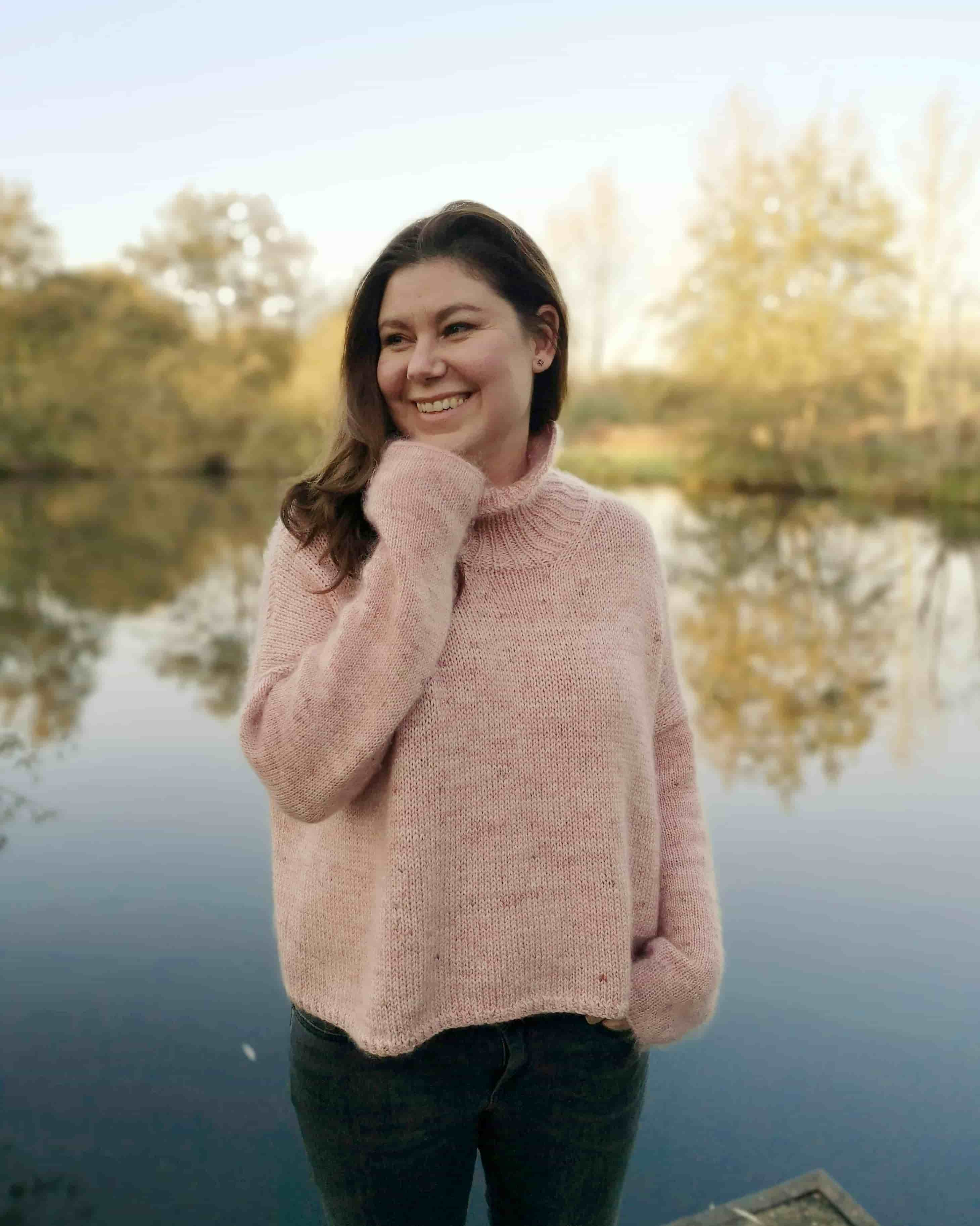 Wollmuschi sweater in pink colors worn by a women