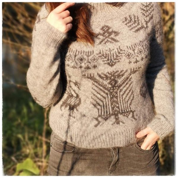 Close up picture of the Signum sweater worn in nature